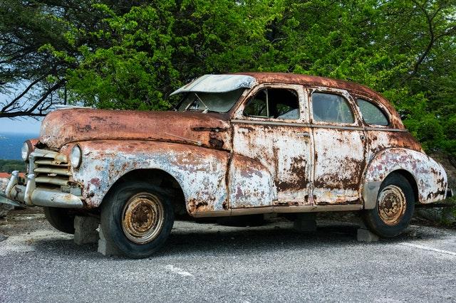 Zandstraalcabine gebruiken voor verwijdering roest van je auto
